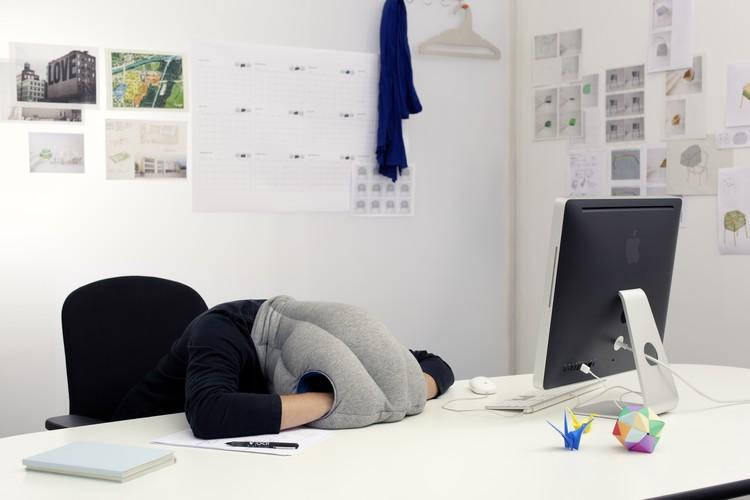 521-ostrich-pillow-sieste-bureau